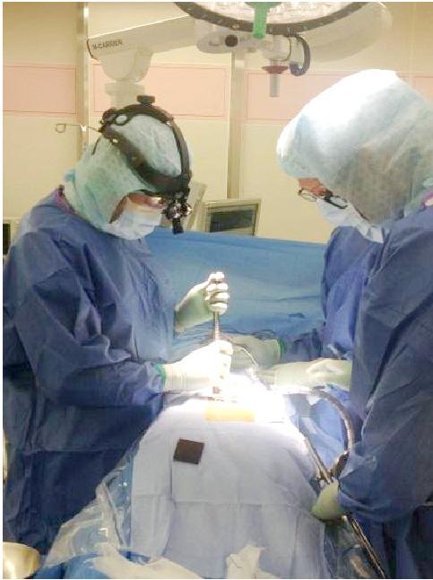 顕微鏡を用いた小切開手術